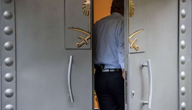 A security member of the consulate stands at the doors of the Saudi Arabian consulate in Istanbul ye
