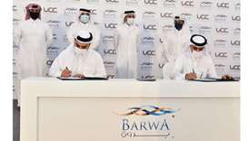 Abdulla bin Jobara al-Romaihi and Ramez al-Khayyat signing the contract in the presence of HE Salah