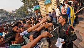 Rush to ditch old banknotes: Indian banks call in police