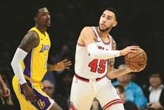 Late charge pushes Lakers past Bulls