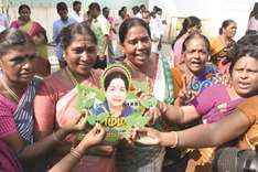 Ruling AIADMK faction gets 'two leaves' symbol