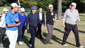 Abe duels with 'long hitter' Trump on golf course