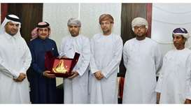 Sheikh Khalifa awards a certificate of recognition to al-Muslihi in the presence of Dr Sheikh Thani