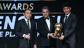 Zheng Zhi (R) receives the award for Best Chinese player of the year
