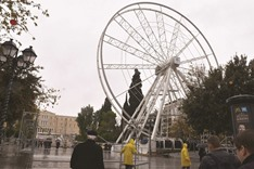 Red faces in Athens over Ferris wheel that won't turn