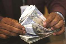 Pakistan loosens grip on rupee as economic pressures persist