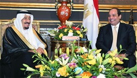 Egyptian President Abdel Fattah al-Sisi (R) meeting with Saudi King Salman bin Abdulaziz