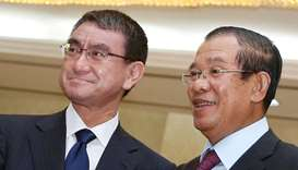 Japan's Foreign Minister Taro Kono and Cambodia's Prime Minister Hun Sen in Phnom Penh