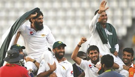 Pakistan farewell Misbah, Younis with dramatic win