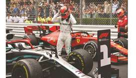 Mercedes to keep permanent red star for legend Lauda