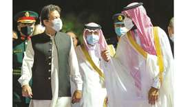 Saudi Crown Prince Mohamed bin Salman (right), receiving Pakistani Prime Minister Imran Khan in Saud
