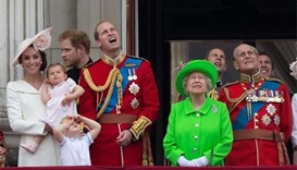 Queen Elizabeth wows in green at 90th birthday parade
