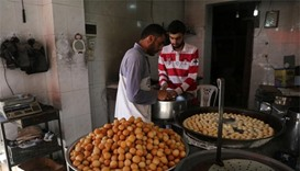 Muslims mark start of Ramadan, many under cloud of war
