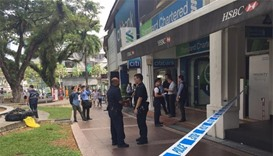 Singapore police hunt bank 'note' robber