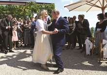 Putin dances at Austrian wedding