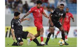 Duhail's midfielder Luiz Jْnior (C) is marked by Sadd's midfielder Nam Tae-hee (L)