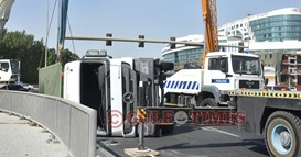 Traffic chaos after trailer falls on its side