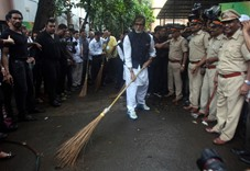 Amitabh picks up broom for a clean cause