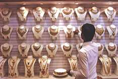 Gold shines on rupee value speculation