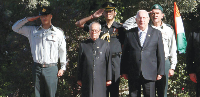 Israeli President Reuven Rivlin and his Indian counterpart Pranab Mukherjee listen to the national a