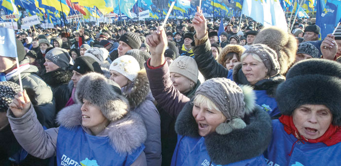 Thousands stage rival rallies in central Kiev