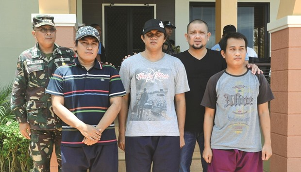 Sulu Governor Sakur Tan (second right) stands beside Indonesian sailors Edi Suryono, Mohamed Mabrur