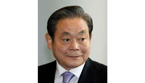 Samsung Electronics chairman Lee Kun-hee arrives at the company's headquarters in Seoul December 1,