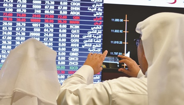Qatar shares edge lower on increased selling pressure