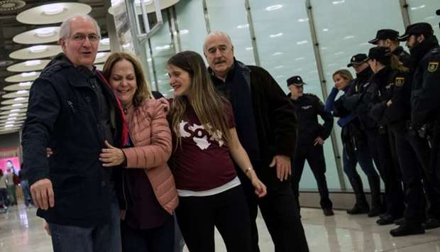 Antonio Ledezma, Venezuelan opposition leader (L), walks with his wife Mitzy Capriles and daughter A