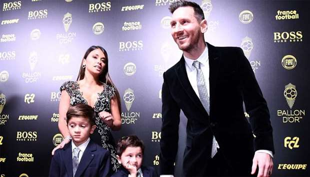 Barcelona's Argentinian forward Lionel Messi (R) and his wife Antonella Roccuzzo (L) and their sons