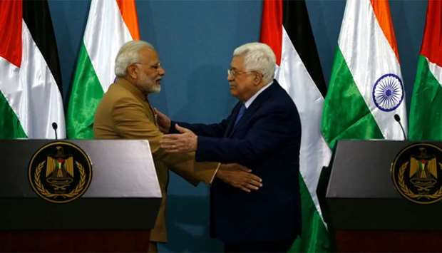 Palestinian president Mahmud Abbas (R) and Indian Prime Minister Narendra Modi embrace after their j