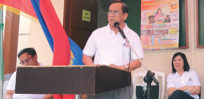 Labour attache Leopoldo De Jesus speaks to overseas Filipino workers.