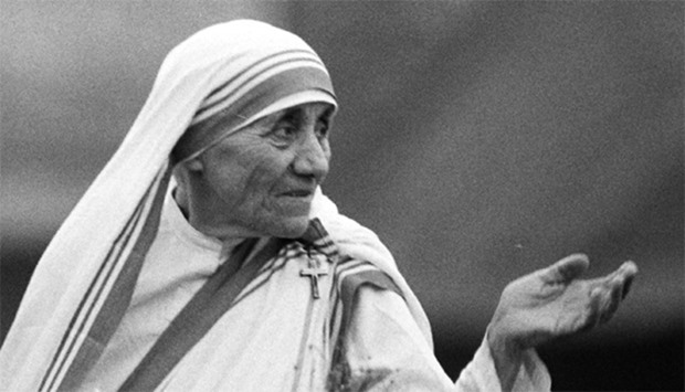 1986 photo shows Mother Teresa waving to well-wishers in Calcutta