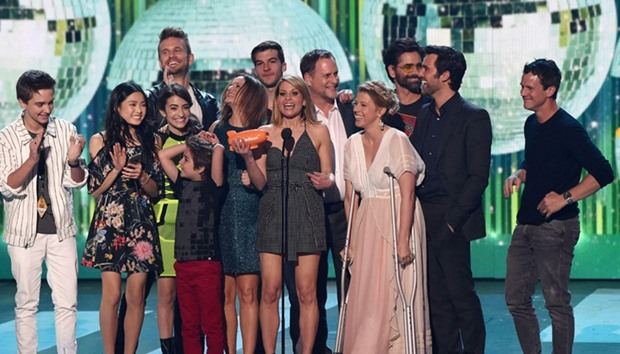 The cast of Fuller House accepts the award for Favorite TV Show/Family Show