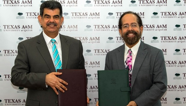 Dr al-Taie and Dr Malave at signing ceremony