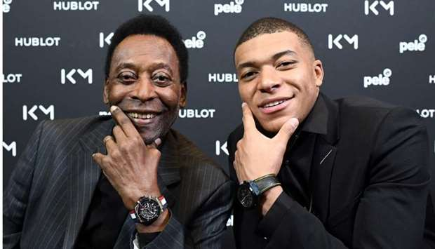 Pele (L) pose with Paris Saint-Germain (PSG) and France national football team forward Kylian Mbappe