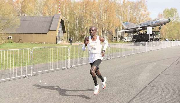 """Kenya's Eliud Kipchoge competes in the """"Hamburg Marathon"""" at the Twente airport in Enschede, the Net"""