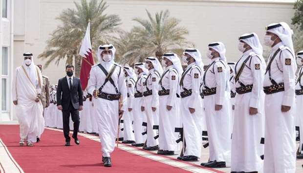 Accompanied by His Highness the Amir, Ukraine president Volodymyr Zelenskyy inspects Guard of Honour