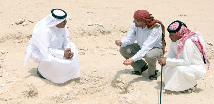 Richard Cuttler (centre) interacting with two officials from the Qatar Museums Authority at Wadi Deb