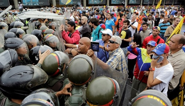 Opposition supporters clash with Venezuelan National Guards
