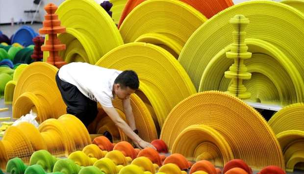 "Li Hongbo sets up his work ""Ocean of Flowers"""