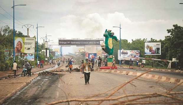 Protesters set barricades to block the circulation on the Martyrs bridge of Bamako, yesterday.