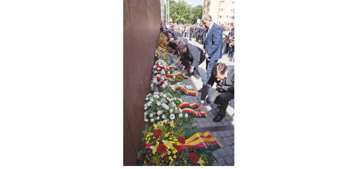 Berlin Mayor Klaus Wowereit (second right) and officials lay down wreaths at the Berlin Wall Memoria