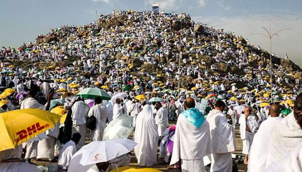 Pilgrims ascend the plain of Arafat