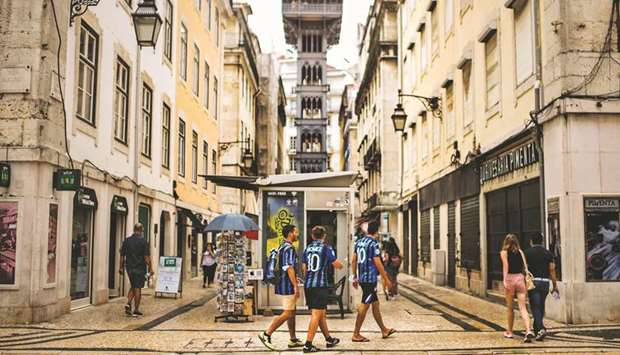 Atalanta's supporters walk around downtown Lisbon yesterday ahead of the UEFA Champions League match