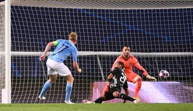 Manchester City's Belgian midfielder Kevin De Bruyne (L) shoots to score a goal during the UEFA Cham