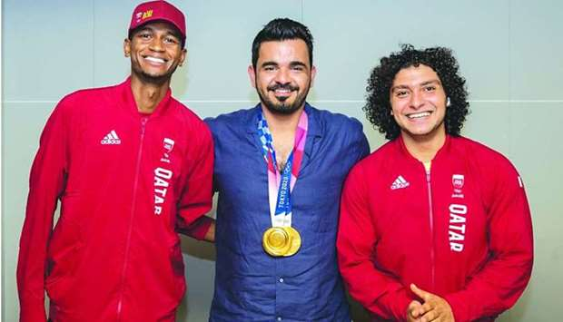 Sheikh Joaan poses with Team Qatar's gold medallists