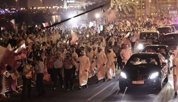 Thousands line up Corniche to express support and loyalty to the Emir