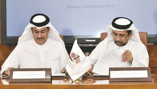 Dr Hassan al-Derham and Abdullah bin Nasser Turki al-Subaey signing the agreement.