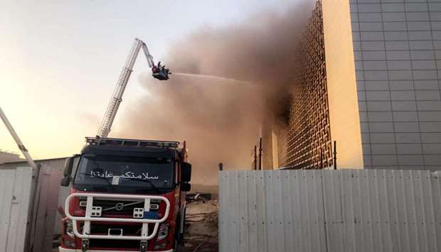 Kuwaiti firefighters battle fiery fire